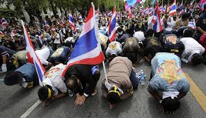 再び路上でタイのデモ隊