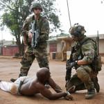 中央アフリカ共和国の武装解除のキリスト教民兵は、国際平和部隊に関連して検索処理を収容するために家を始めました