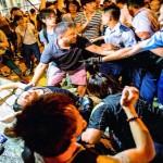 香港の抗議者が警察と衝突