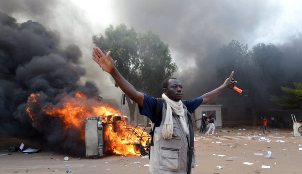 ブルキナファソ暴徒のアフリカの国では議会に火を