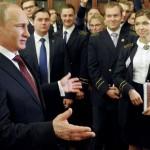 サンクトペテルブルクの大学生におけるロシアのプーチン大統領を話すスタッフ