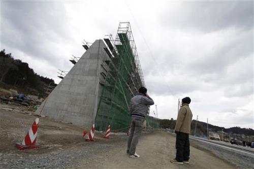 鉄のコンクリートの壁が海の波の都市を入力しなかったこと、日本とビーチの250マイルのストレッチ