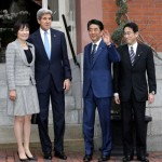 日本の安倍晋三首相と米国務長官ジョン·ケリーの自宅ディナーに出席しながら、