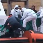 移民船は、リビア沖で沈み、少なくとも7を殺します