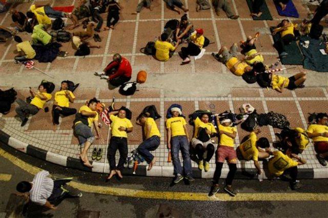 通りや家に抗議するために資本金200万人以上の住民のマレーシアのナジブ首相のラザク除去は路上で眠りに落ちていました