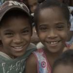 アフリカの国''サリナス''村のドミニカ共和国は、思春期の女の子に生まれた数人到達する、彼らは少年になりました