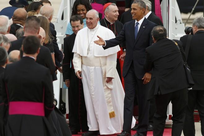 アンドリュース空軍基地でのフランシスコは、オバマ米大統領とファーストレディミシェルオバマを満たすために