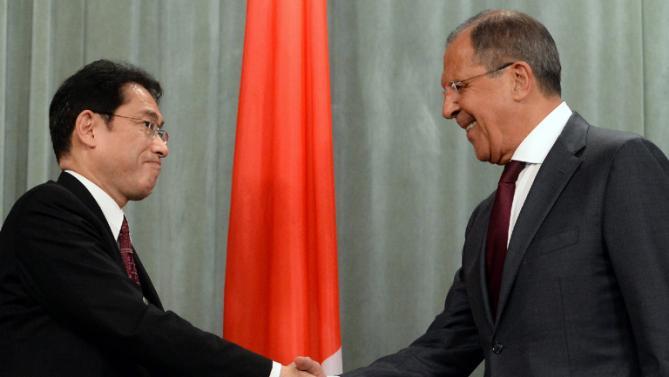 日本の外務大臣岸田文雄とロシアのセルゲイ・ラブロフ外務大臣