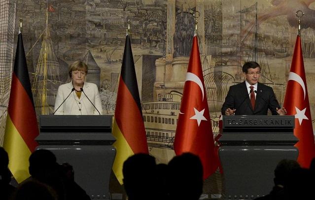 イスタンブールで会った間、ドイツのメルケル首相とトルコ首相アフメト・ダウトオール