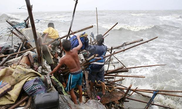 台風Koppuはフィリピン北部に当たるとして、数千人が家を逃げます