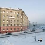 州のロシアのシベリアの都市(ノリリスク)は北極から402キロが配置されています
