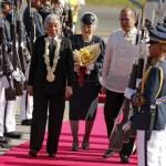 国王夫妻は、フィリピンの大統領に敬礼をしました