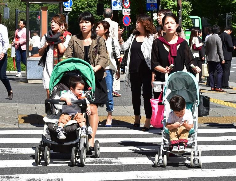 日本の出生率の低い、人口はダウンほぼ100万