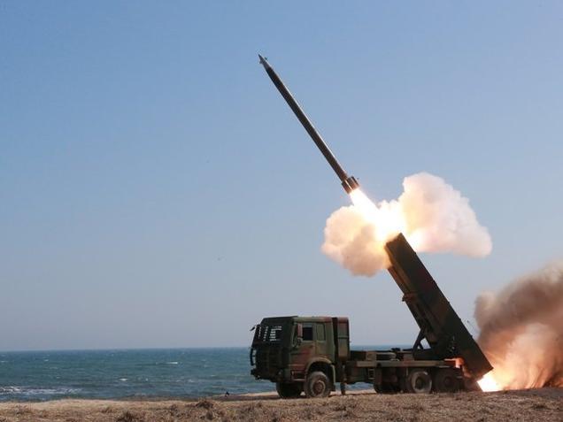 北朝鮮は海短距離に複数のミサイルやロケット弾を発射します