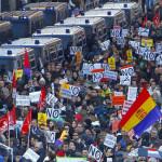 スペイン南部は雨にもかかわらず路上で寝た中で数千人がデモ行進しました