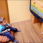 母親は簡単に自分の子供のテレビ視聴の向きを修正することができます