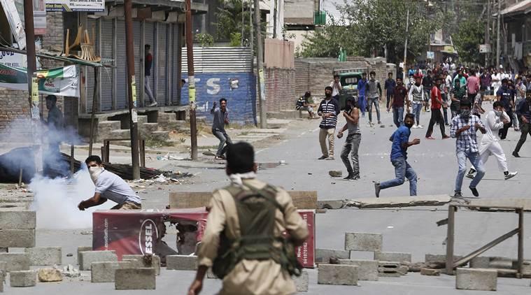 スリナガルの部分では、治安部隊が今日リムーバブル再び抗議し、夜間外出禁止令の間で衝突しました