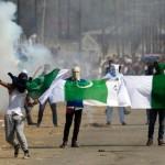 デモ隊は、インドや独立性に対するスローガンを唱え、別の場所でパキスタンの旗を振りました