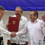 コロンビアの大統領フアン・マヌエル・サントス(L)とTimoleonヒメネス(R)、FARCの反政府勢力の頭