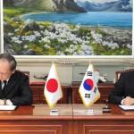 韓国駐留日本国長嶺泰正大使と漢民国防長官が署名した