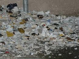 デンマークで新年に入った壊れた板や道具を隣人が投げることができる