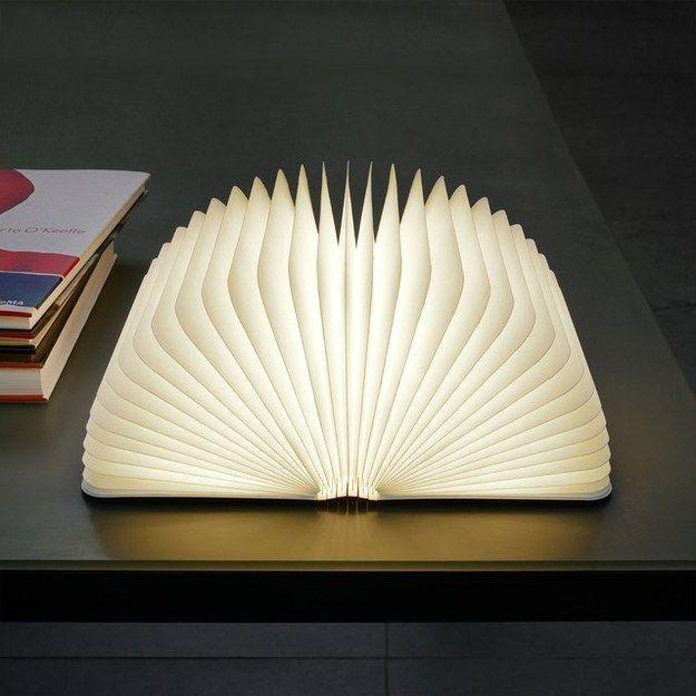 アメリカのデザイナーは本のように見えるユニークなランプを開発しましたが、彼がそれを開いたらランプになりました