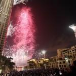 世界の長い建物のために準備ができているカラフルな花火Burj Khalifa