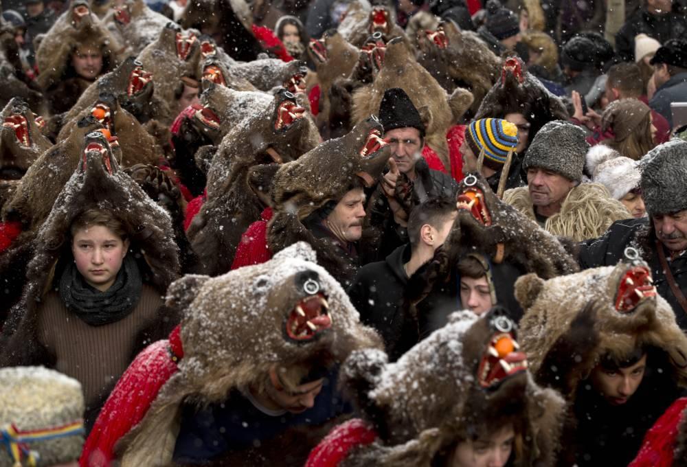 ルーマニアの村は毛皮をかぶって熊を踊っています