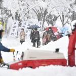 青森県と山形県のいくつかの地域では、ほぼ2メートルの雪が降っています