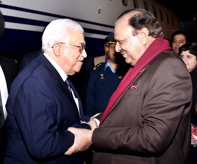 パキスタンのムンヌン・フセイン大統領が暖かくマフムード・アッバス・ノール・カーン航空基地を受け取る