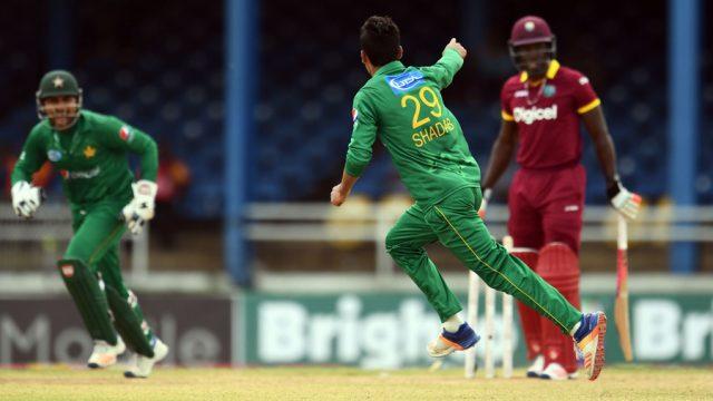 Shadab Khanは4つのwicketsを14回走らせた。