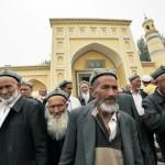 中国政府は新疆で身に着けているベールとひげを禁止した