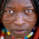 大森の谷に住むSurma部族はこの儀式は非常に人気があり、10歳から12歳の女児でさえも、身体に刃の傷をつけても大丈夫です