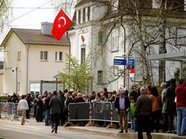 スイスのトルコ領事館で何十人もの人々の襲撃