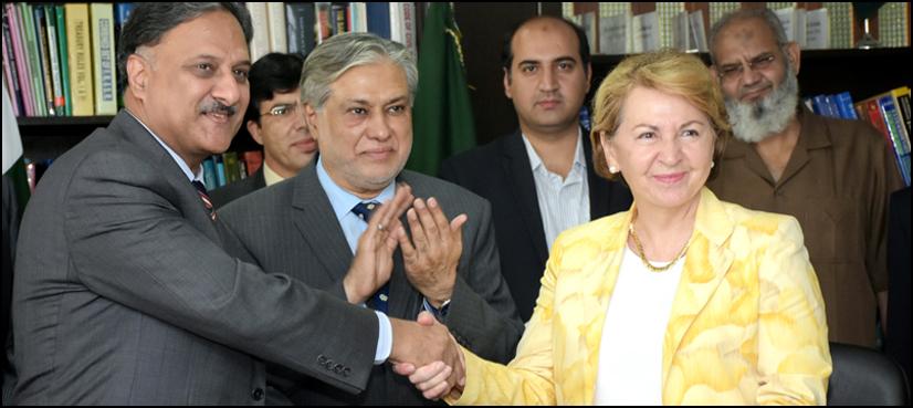 ダビデン・シャヒード・メムード国務長官、パキスタン・マルティン・ドーランスのフランス大使、AFDのカントリー・ディレクター、ジャッキー・アムプロュ氏、イサク・ダール連邦財務大臣