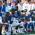 Buffalo Billsの選手は、国歌の演奏中に膝を取る