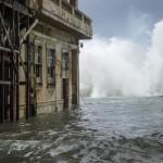 北東部の雨の雨の後、水は全周水であり、最悪の洪水警報が発行されている