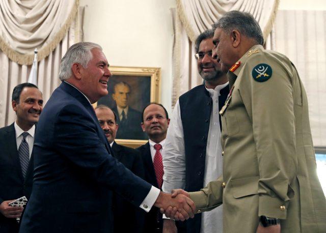 パキスタンのシャヒード・カハン・アッバシ首相、陸軍参謀総長、カマルバジワ米国務長官、レックス・ティルソン外相