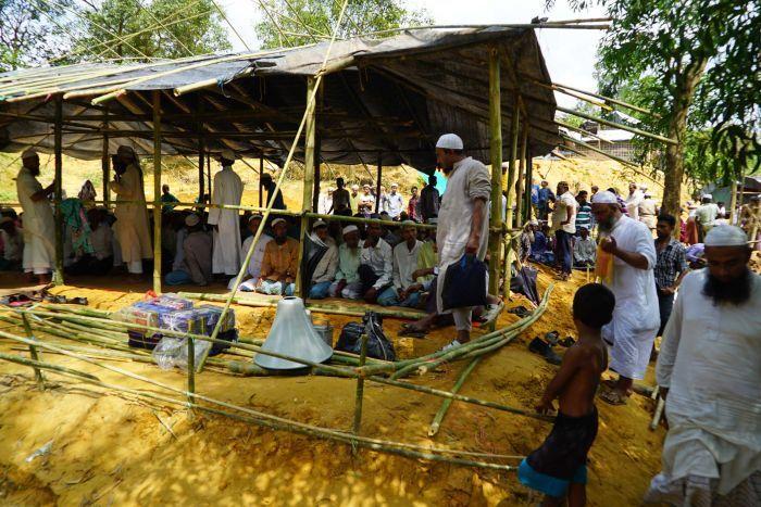 バングラデシュ政府は、難民キャンプにモスクを建てることによってロヒンギャ難民が困っていた