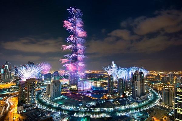 ブルジュハリファライトの一年を歓迎する花火は輝きの上に残されます