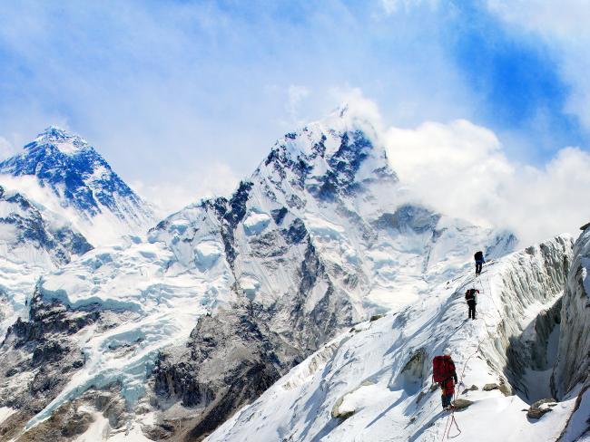 エベレスト山に登る小さな山頂の観光客1人あたりの支出は約45,000ドルから25,000ドルです