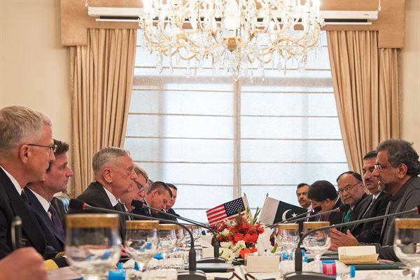 Shahid Khaqan Abbasi首相は、James Mattis国防相と首相官邸での彼の代表団と会う