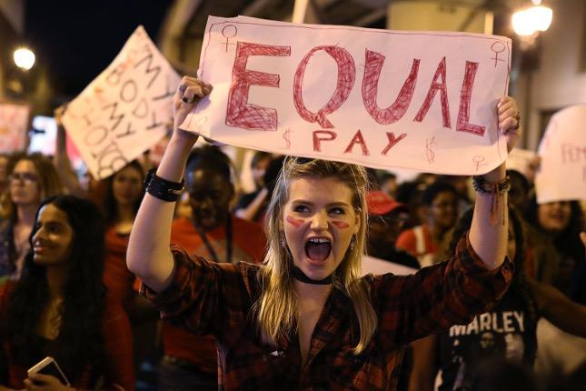 325,000人の人口を持つアイスランド議会の半分の女性は女性です