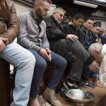 2人のイスラム教徒を含む12人の刑務所の受刑者の足を洗ってキスしている
