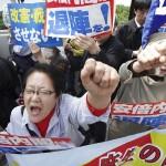 議会の前で、日本の首相に抗議する5万人が辞任を要求した