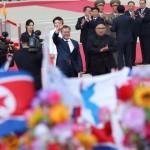 韓国の金正日(キム・ジョンウン)空港で、何百人もの人々が韓国大統領を歓迎した