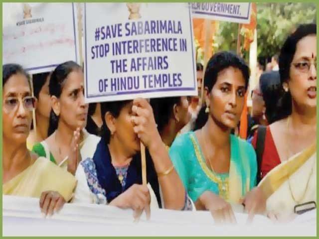 女性が強制的に寺院に入ると、彼らは暴力を止めるように強制される