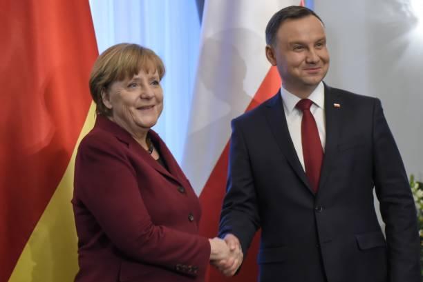 ポーランドのアンドレゼ・デダ大統領とドイツ首相アンジェラ・メルケル