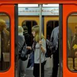 公共の場所に座っている人々、何が起こるかに関わらず、徒歩や地下鉄で旅行している人は、すべてが広がっているだけです