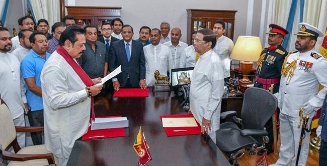 スリランカの大統領Maithripala Sirisenaは、新首相Mahinda Rajapaksaを選んだ